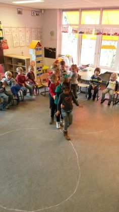 Trein thema. We lopen de 8 met de trein Songs For Toddlers, Activities For 2 Year Olds, Physical Development, Pre Writing, School Themes, Gross Motor, Eyfs, Funny Games, Transportation