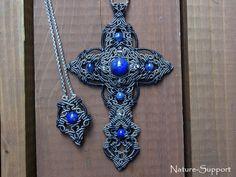 マクラメ編みで十字架ネックレスを創りました。ラピスラズリとカイヤナイトのブルーの石だけで丁寧に編み上げて創りました。