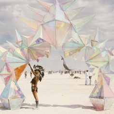 10 Epic Photos From Burning Man 2017 That Prove It's The Craziest Festival In The World Burning Man 2017, Burning Man Art, Tachisme, San Francisco Beach, Festivals, Burning Man Fashion, Epic Photos, Foto Art, Stage Design