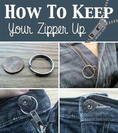 Sådan kan du holde din lynlås oppe! Er dine jeans blevet lidt slidte, og vil lynlåsen ikke helt, dom den plejer, så følg med nu! Fastgør en nøglering i lynlåsens øje, og så den fast om knapper, herefter lukker du knappen. Og hey, det kan slet ikke ses!  Lad os vide herunder, hvad du synes om tricket :-)