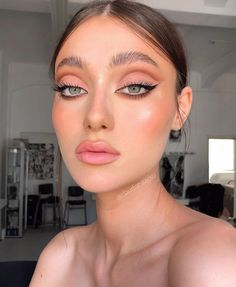 makeup looks dramatic cut crease gorgeous makeup Maquillage Cut Crease, Cut Crease Makeup, Skin Makeup, Eyeliner Makeup, Makeup Geek, Pink Lipstick Makeup, Soft Eye Makeup, Eye Makeup Cut Crease, 90s Makeup