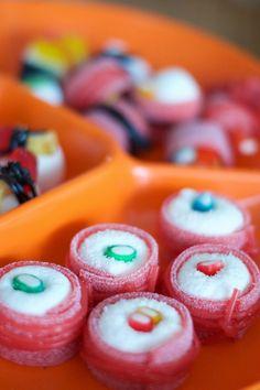 Trakteren op snoep sushi is een kleine inspanning met groots resultaat. Wat heb je nodig: marshmallows, zure matjes, dropveters en winegums.
