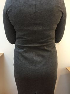 Swayback alteration: Get rid of the folds on the back - MariaDenmark Sewing Sewing Hacks, Sewing Tutorials, Sewing Patterns, Sewing Tips, Sway Back, Sewing Sleeves, Pattern Grading, Sewing Alterations, Altering Clothes