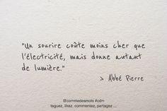 """""""Un sourire coûte moins cher que l'électricité, mais donne autant de lumière."""" #citation de l'#AbbéPierre #citationdujour #penséepositive #proverbe #sourire"""
