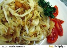 Domácí nudle - z mouky, vajec a vody vypracujeme hladké pružné těsto a dáme na 30 minut odpočinout. Vyválíme placky spíš do čtvrece, silně Czech Recipes, Ethnic Recipes, What To Cook, Kitchen Hacks, Bon Appetit, Cabbage, Recipies, Spaghetti, Food And Drink