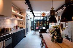 Cocina abierta al salón. Viviendo en un acogedor garaje de aire industrial · Living in an industrial loft... in a garage