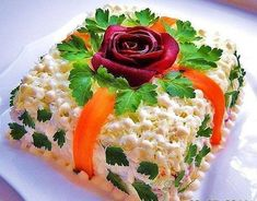 Great Salad Presentation for a Garden Party! Lots of other salad recipes on this site too. Cute Food, Good Food, Salad Presentation, Food Garnishes, Food Decoration, Russian Recipes, Food Themes, Food Humor, Appetizers For Party