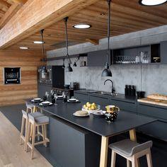cuisine-tout-en-longueur-en-melamine-noir-et-son-mur-en-beton-banche-avec-bois_5214177