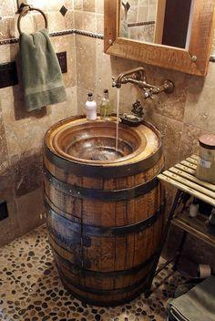 Effet rustique et campagne. Ce tonneau devient un lavabo pour la salle de bain.