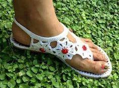 Mi Crochet: Renovar Zapatos con crochet Crochet Sandals, Crochet Boots, Crochet Slippers, Love Crochet, Crochet Clothes, Knit Shoes, Sock Shoes, Shoe Boots, Crochet Flip Flops