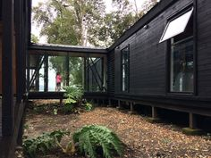 Corridor House / SAA arquitectura + territorio Completed in 2016 in Puyehue, Chile. The site is laid out along the shore of Lake Rupanco, on a southern facing slope, within a forest of Olivillo, Tepa and Coigue. Shipping Container Home Designs, Container House Plans, Container House Design, Small House Design, Shipping Container Cabin, Tiny House Cabin, My House, Design Exterior, Forest House