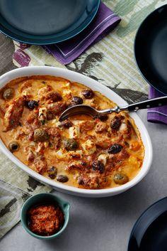 Det bästa av Italien och Grekland, pesto och fetaost, förenas i denna härliga kycklingrätt som passar såväl vardag som fest.