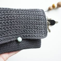 Crochet Grey Clutch. Free pattern (use translator)
