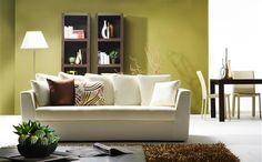 Le vert léger et le blanc des murs mettent en valeur le #bois des meubles et donnent à ce #salon un véritable souffle de nature | Zolpan Intensément Couleurs
