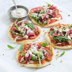 Mini pizza met carpaccio Mini pizza with carpaccio – Nice recipes Mini Pizzas, Quiches, Food Porn, Diner Recipes, Snacks Für Party, Mini Foods, Italian Recipes, Food Inspiration, Love Food