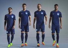 La nueva tercera Equipacion Camiseta Inglaterra 2017 2018 es de color azul oscuro con rayas negras sutiles en las mangas y una franja negra que corre por ambos lados de la camisetas de Inglaterra y por debajo de los brazos.