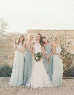 Inspiração de vestidos para madrinhas em duas cores diferentes que ornam muito bem.