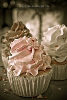 these cupcakes look like lovely soft serve icecream cones