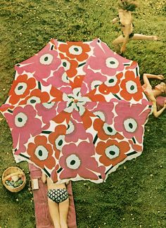 Marimekko is one of the rare brands that seems to evoke universally positive reactions, evoking memories of childhood or of first apartments. So what is Marimekko, and where did it come from? Surface Design, Color Patterns, Print Patterns, Floral Patterns, Textile Patterns, Textile Museum, Under My Umbrella, Umbrella Art, Beach Umbrella