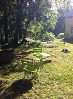 Tossa voi sit istuu ja vaikka laittaa jotain tohon pöydälle. Outdoor Furniture, Outdoor Decor, Bench, Park, Home Decor, Decoration Home, Room Decor, Parks, Home Interior Design