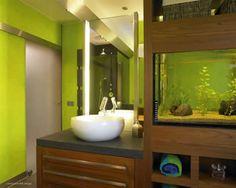 Ciekawie wkomponowane akwarium w łazience.