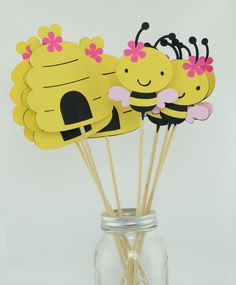 Bee Party Centerpieces Bee Theme Bee Birthday por lisamarDesigns Viven algo mejor que not antes Summer Crafts For Kids, Paper Crafts For Kids, Pinterest Christmas Crafts, Bumble Bee Birthday, Art Activities For Toddlers, Recycled Crafts Kids, Diy Kit, Bee Cards, Baby Shower Labels