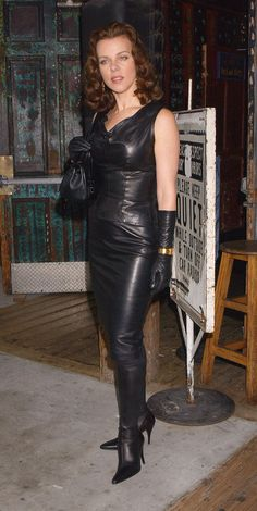 Luv this leather outfit Sexy Outfits, Sexy Dresses, Hobble Skirt, Belle Silhouette, Botas Sexy, Leder Outfits, Black Leather Gloves, Leather Dresses, Sexy Boots
