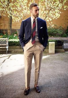 How to wear a navy blazer with beige dress pants for men looks Preppy Mens Fashion, Mens Fashion Blog, Fashion Mode, Mens Fashion Suits, Mens Suits, Fashion Shirts, Ivy Style, Mode Style, Costume Beige