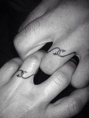 Les initiales, les cœurs et autres dessins niais sont révolus ! Pour sacraliser leur union, les couples laissent désormais place à leur imagination. Une déclaration d'amour, des origamis, une références culte, place aux 30 idées de tatouages repérées sur Pinterest pour vous inspirer.