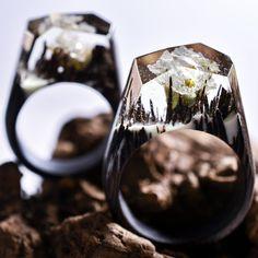Feitos em madeira, os anéis são fantásticos e cada modelo é exclusivo! Atenção, colecionadoras de acessórios! Se você curte um estilo mais lúdico, delicado e recheado de fantasia, vai se apaixonar pelo trabalho da joalheria canadense Secret Wood! Seus anéis, feitos em madeira, guardam pequenos mundos ocultos, com cenários extraordinários e ricos em cores. As…