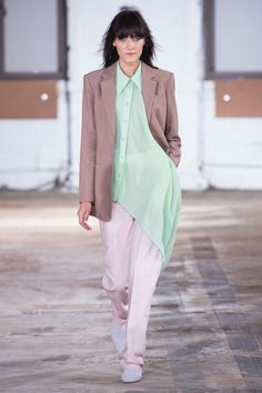 Tibi Spring/Summer 2019 Ready-To-Wear Collection Leather Overalls, Moderne Outfits, Denim Look, Fashion For Petite Women, Spring Fashion Trends, Blazer, Long Sleeve Tops, Fashion Show, Fashion Brands