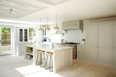 Find home projects from professionals for ideas & inspiration. The Clapham Classic English Kitchen by deVOL by deVOL Kitchens Kitchen Cupboards, New Kitchen, Kitchen Dining, Kitchen Decor, Country Kitchen, Kitchen Island, Island Stools, Kitchen Ideas, Bar Stools