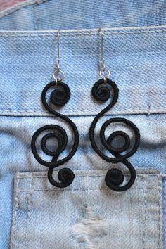 Brincos modelo Flamenco, lã cor preto. Ganchos inoxidáveis.