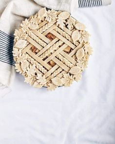 Thanks for baking with me in the @kingarthurflour #bakealong this weekend! I had a blast making this apple pie and if you missed it, head over to @kingarthurflour to see the whole process! Did you eat yours à la mode?