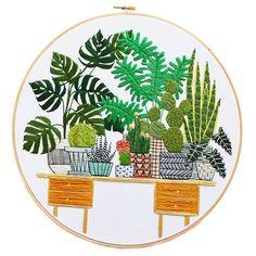 A autodidata Sarah K. Benning resolveu trazer suas habilidades no bordado para ilustrar peças que representam interiores repletos de verde.