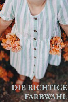 Mittlerweile finden wir Leinen in allen erdenklichen Farben. Vom bekannten Weiß über leichte Brauntöne, sommerlichen Gelb und Orange bis hin zum knalligen Türkis. Aufgrund dieser Entwicklung ist die Auswahl riesig. Dabei muss man aber anmerken, dass nicht jede Farbe den eigentlichen Sinn von Leinen erfüllt. Bereits zuvor angesprochen, wollen wir mit Leinen einen möglichst natürlichen Style erzielen. Wählen wir nun einen Leinen-Teil in Türkis, dann ist es nicht sonderlich ... Sustainable Textiles, Sustainable Fashion, Dress Images, Fast Fashion, Natural Linen, Industrial Style, Striped Dress, Sustainability, Women Wear