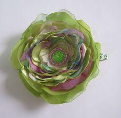 Tic-tac com flor de cetim verde e chiffon verde e em tons de lilás. tamanho da flor: 8 cm (diâmetro).