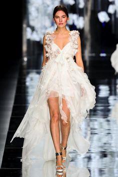 Moda nupcial mostra o vestido curto assimétrico na frente e muito atrás com tiras . Short Wedding Gowns, White Wedding Dresses, Wedding Party Dresses, Bridal Dresses, Engagement Dress For Bride, Engagement Party Dresses, Simple Elegant Wedding Dress, Unconventional Wedding Dress, Special Dresses