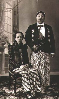 Picture of Javanese Royal Family (wearing sarong) (est. circa of Javanese Royal Family (wearing sarong) (est. Javanese Wedding, Dutch East Indies, Wedding Photoshoot, Muslim, Lombok, Designer Dresses, Phuket, History, Wedding Dresses