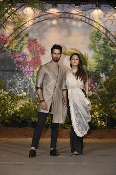 Shahid Kapoor arrived with wife Mira Rajput at Sonam Kapoor-Anand Ahuja's wedding reception. Shahid and Mira were all smiles as they posed for the media. Indian Wedding Wear, Wedding Dress Men, Wedding Men, Wedding Outfits, Indian Weddings, Mens Traditional Wear, Traditional Fashion, Sonam Kapoor Wedding, Sonam Kapoor Lehenga