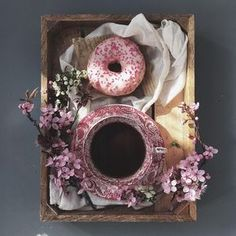 Coffee Vs Tea, Coffee And Books, Coffee Latte, Coffee Time, Morning Coffee, Tea Time, Coffee Shop, Chocolates, Coffee World