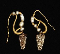 Earrings, pair, gold and pearls, Roman, c.- who wants to make me a pair? Roman Jewelry, Old Jewelry, Pearl Jewelry, Jewelry Art, Antique Jewelry, Beaded Jewelry, Vintage Jewelry, Handmade Jewelry, Jewelry Design
