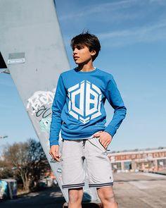 Vingino x Daley Blind Nino sweater in de kleur Pool blue. Deze stoere blauwe trui voor jongens heeft een groot wit Daley Blind logo op de voorkant staan. Sportief en stylish! En ben je fan van Daley Blind? Dan is dit zeker een must-have! Daley Blind, Groot, T Shirts, Graphic Sweatshirt, Sweatshirts, Sports, Sweaters, Fashion, Hs Sports