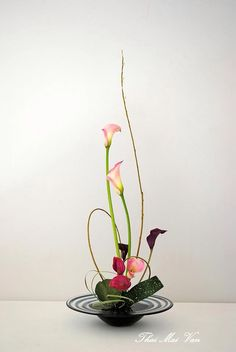 The long wavy curvy willow is the line for this arrangement Creative Flower Arrangements, Ikebana Flower Arrangement, Ikebana Arrangements, Beautiful Flower Arrangements, Flower Vases, Floral Arrangements, Beautiful Flowers, Arte Floral, Deco Floral