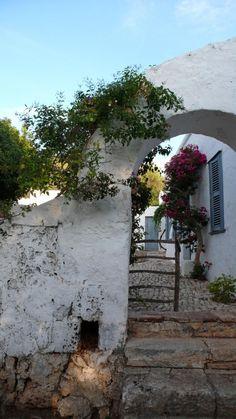 Garden gate, Menorca, via Gardenista, alearic Islands located in the Mediterranean Sea belonging to Spain