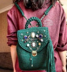 Crochet backpack with pins or buttons as embellishments Crochet Diy, Love Crochet, Crochet Crafts, Crochet Ideas, Crochet Handbags, Crochet Purses, Crochet Bags, Crochet Shell Stitch, Crochet Stitches