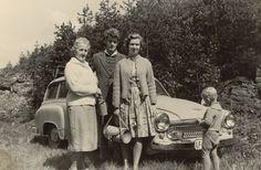 Ausflug ins Grüne. Die Kleins aus Erfurt mit dem Wartburg 311/9 Kombi. Der kleine Günther schaut sich lieber das Auto als den Fotografen an.  Flohmarktfund