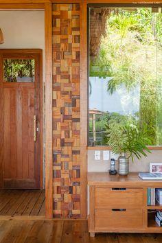 O uso do vidro e madeira nessa casa reforçam o caráter rústico da construção.
