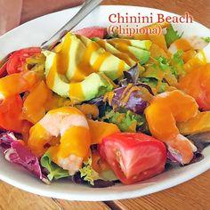 Esta ensalada de aguacates y naranja con langostinos es un plato fresco y muy tropical. La vinagreta de naranja aporta un toque agridulce.