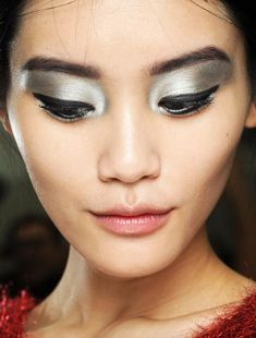 Here's the latest eye makeup trends 2014 as this year is all about statement peepers. We give our eye makeup tips so you can bat those eyelashes in style. Eyeliner Trends, Makeup Trends, Beauty Trends, Makeup Ideas, Metallic Eye Makeup, Metallic Eyeshadow, Eyeshadow Makeup, Sparkly Makeup, Silver Makeup